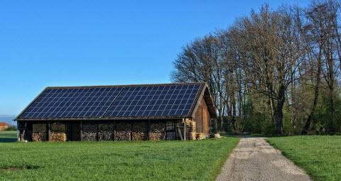 太陽光発電を設置した納屋