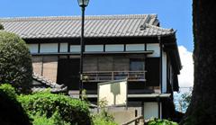 日本家屋の屋根と日光